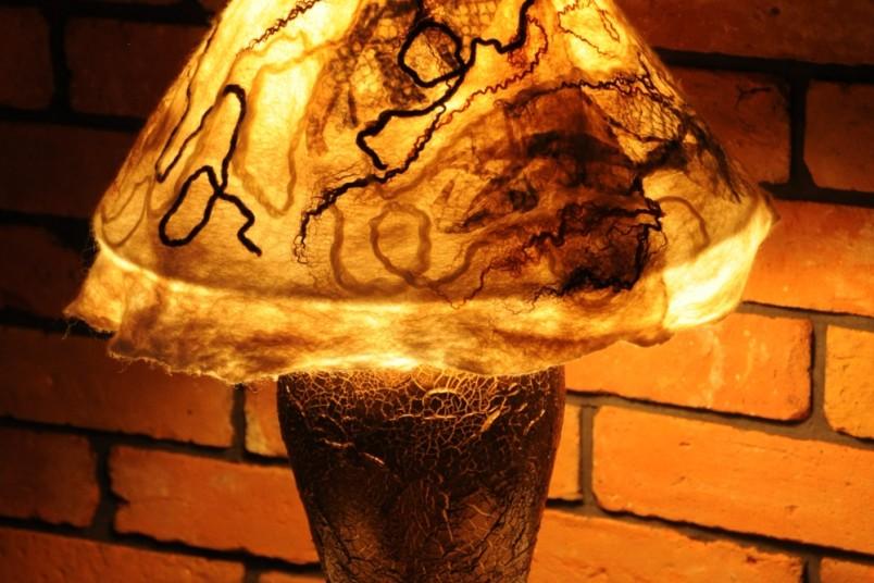 lampa z filcowym abażurem