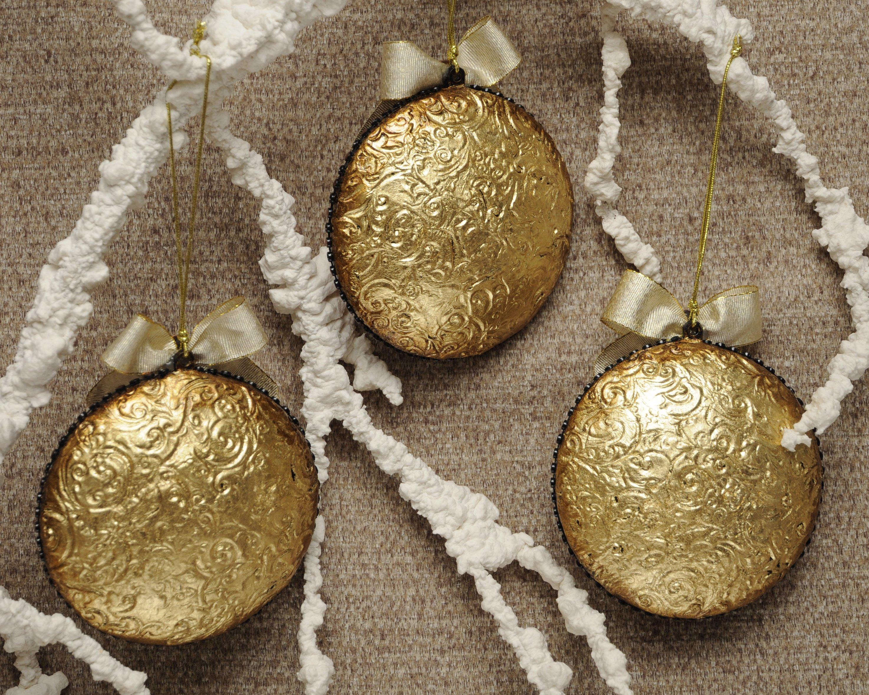 bombka-zlocony-medalion-z-ornamentem